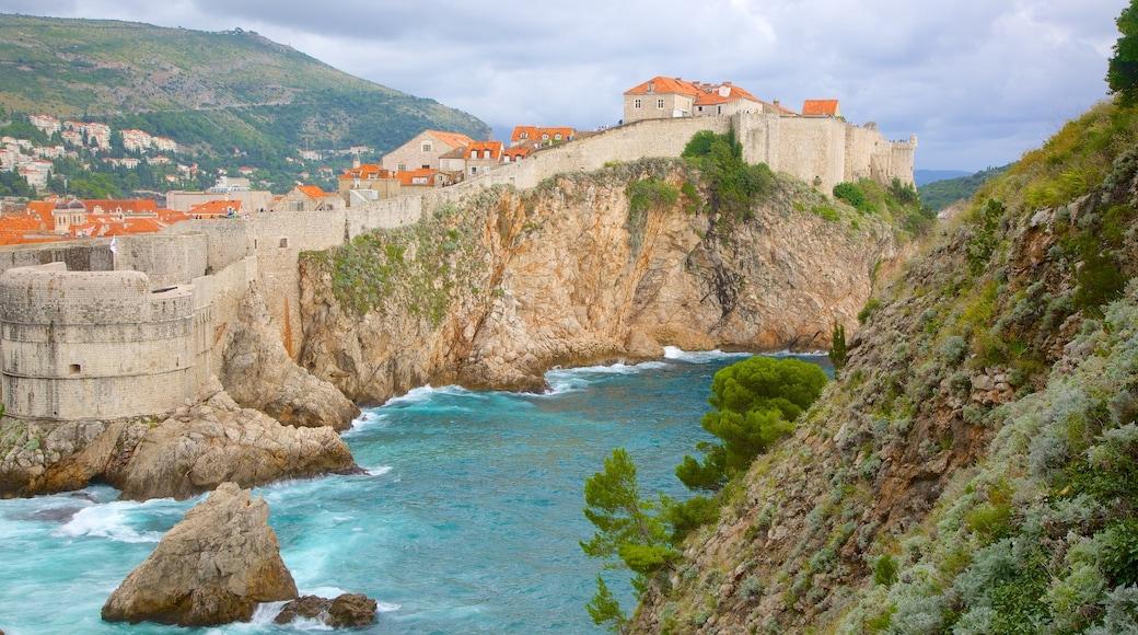 Festung Lovrijenac welches beinhaltet Küstenort und allgemeine Küstenansicht