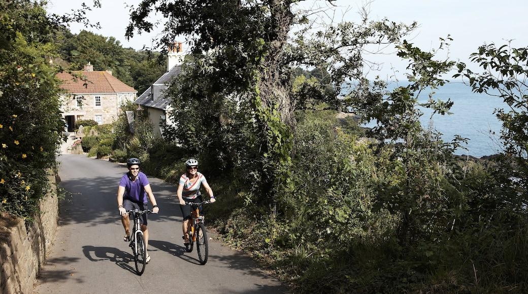 St. Martin\'s mit einem Fahrradfahren sowie Paar