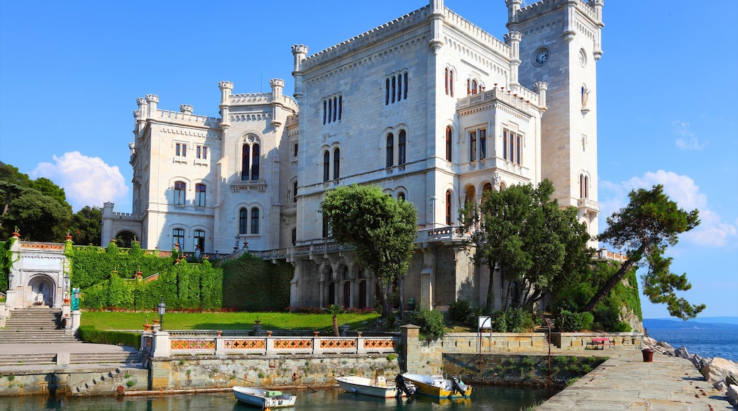 Trieste showing heritage architecture and château or palace