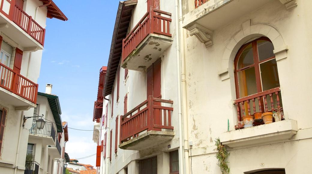 Saint-Jean-de-Luz mettant en vedette patrimoine architectural et petite ville ou village