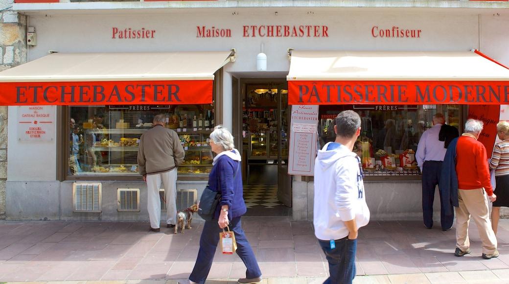 Saint-Jean-de-Luz montrant shopping et scènes de café aussi bien que petit groupe de personnes