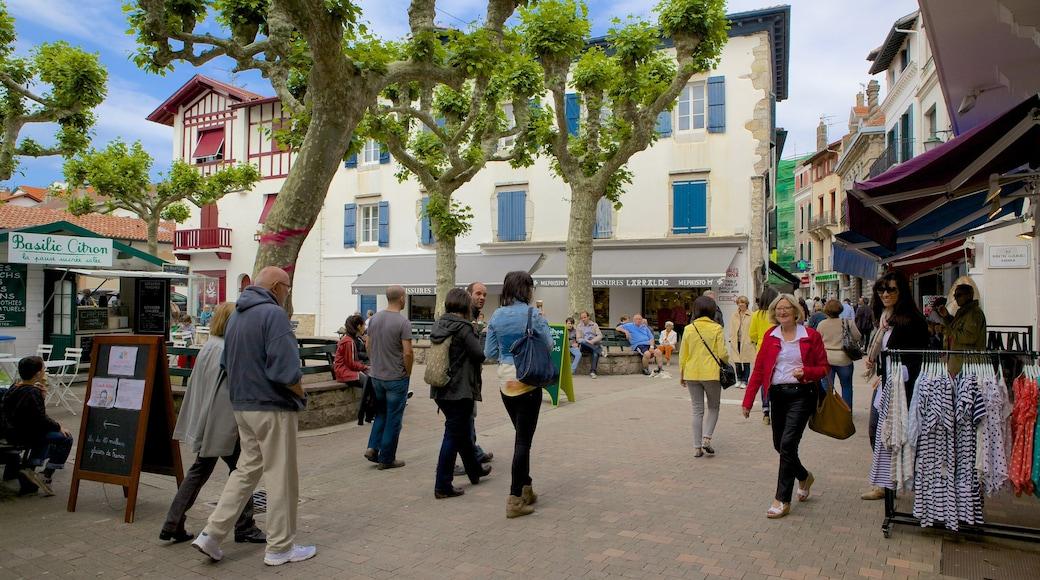 Saint-Jean-de-Luz mit einem Platz oder Plaza und Märkte sowie große Menschengruppe