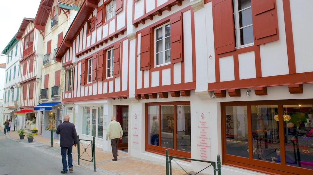 Saint-Jean-de-Luz qui includes petite ville ou village