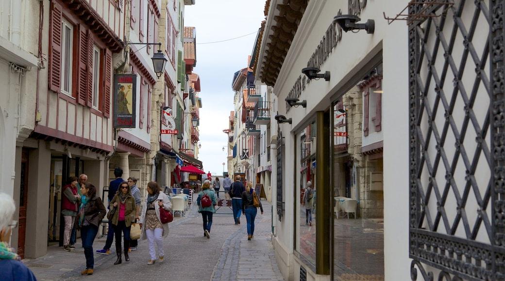 Saint-Jean-de-Luz welches beinhaltet Kleinstadt oder Dorf und Stadt sowie große Menschengruppe
