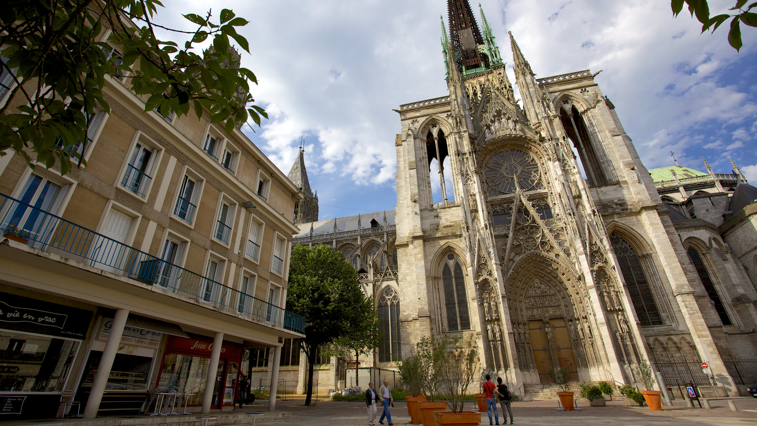 Cette saisissante cathédrale gothique présente des flèches culminantes, des œuvres élaborées et les tombes de rois célèbres.