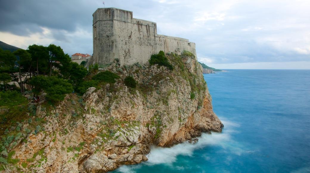 Festung Lovrijenac welches beinhaltet Felsküste und Palast oder Schloss