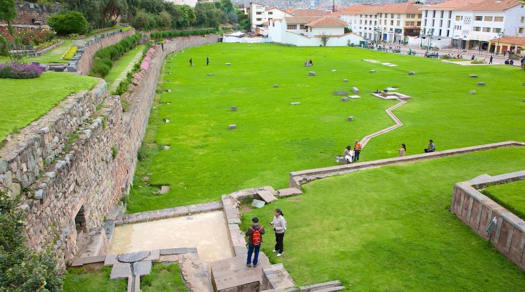 Cusco das einen Park und Gebäuderuinen
