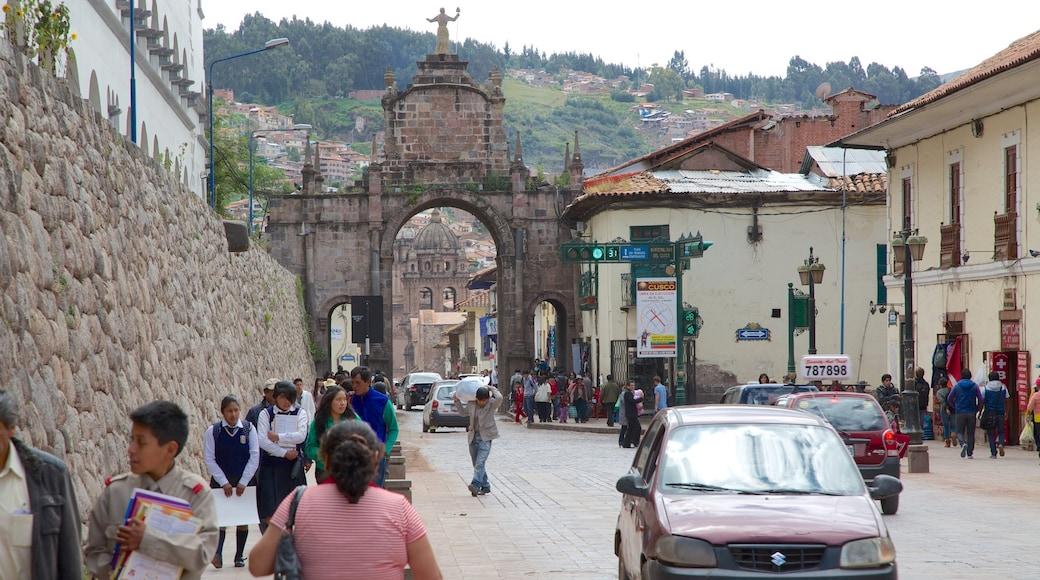 Cusco - Machu Picchu mostrando una ciudad y escenas urbanas y también un gran grupo de personas