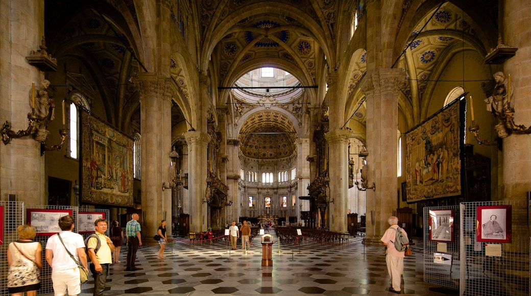 Lago di Como che include architettura d\'epoca, vista interna e chiesa o cattedrale