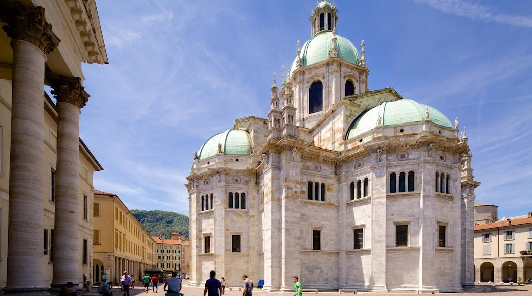 Lago di Como caratteristiche di chiesa o cattedrale e architettura d\'epoca
