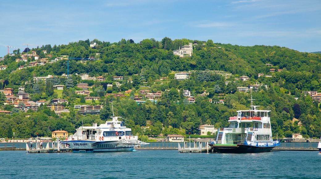 Piazza Cavour qui includes ferry, ville côtière et baie ou port