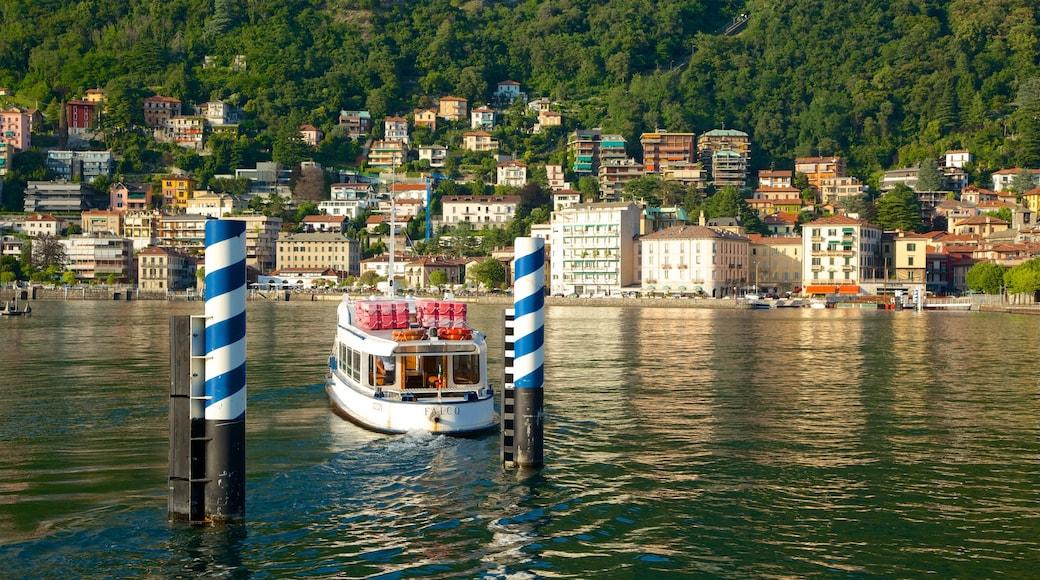 Piazza Cavour montrant ville côtière, ferry et marina