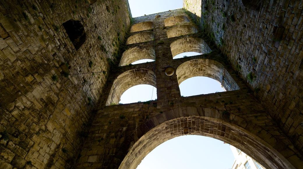 Piazza Vittoria mettant en vedette bâtiments en ruines et patrimoine architectural