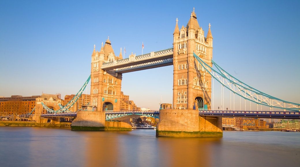 Tower Bridge showing a monument, a bridge and heritage architecture