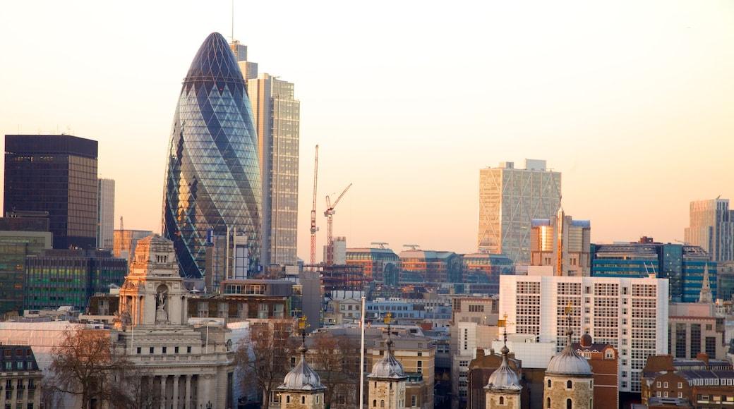London presenterar modern arkitektur, en skyskrapa och en stad