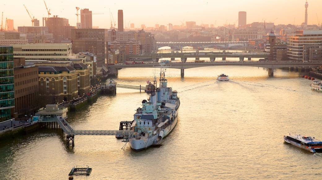 Tower Bridge das einen Brücke, Bootfahren und Bucht oder Hafen