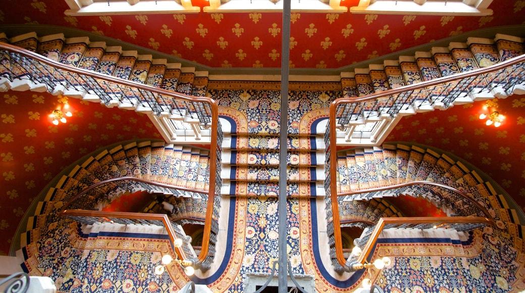 Queen\'s House mostrando um hotel de luxo ou resort, arquitetura de patrimônio e vistas internas