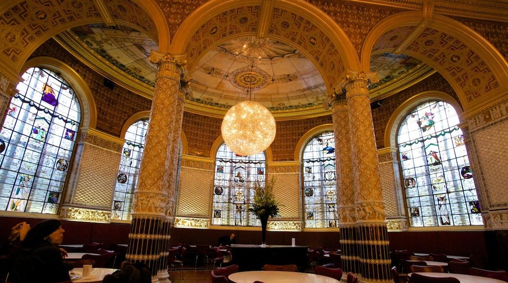 Victoria and Albert Museum joka esittää vanha arkkitehtuuri, perintökohteet ja sisäkuvat