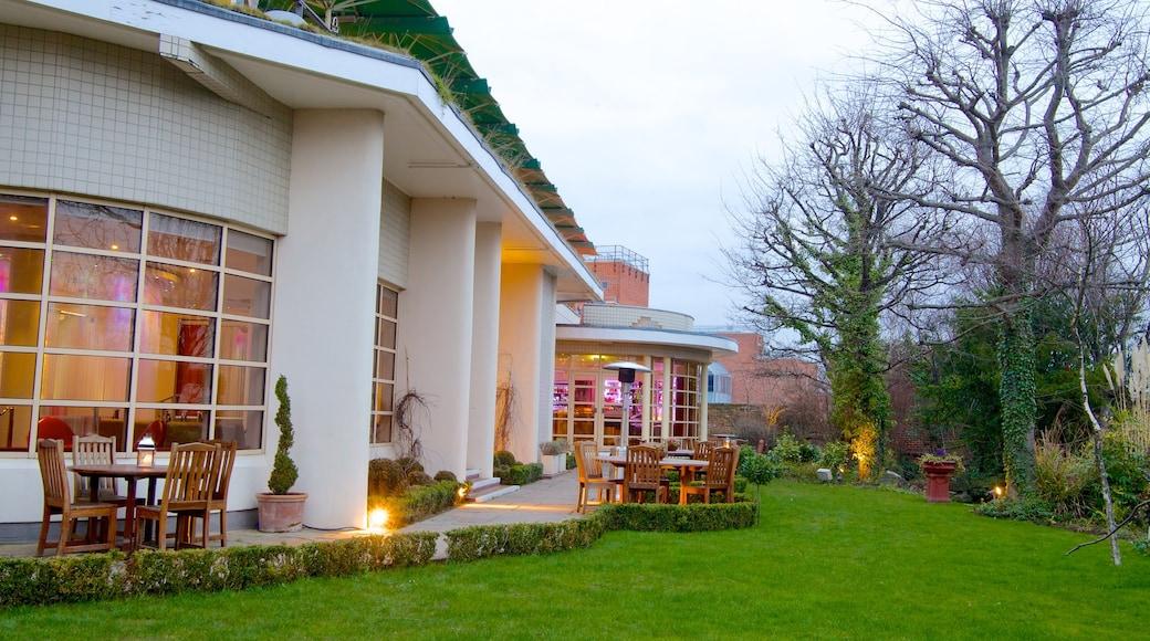 Kensington Roof Gardens som inkluderer hus og park