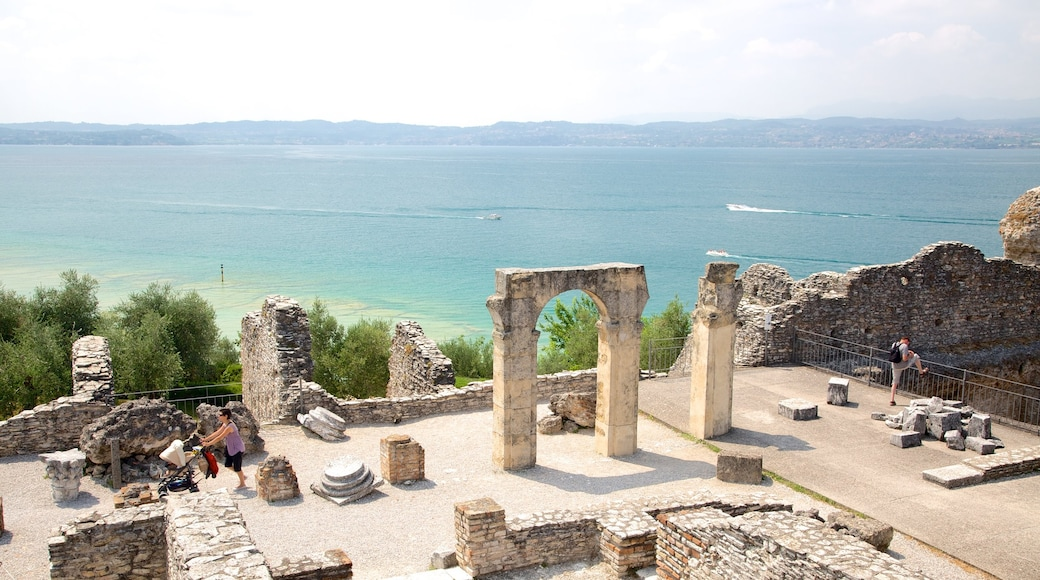 Grotto of Catullus เนื้อเรื่องที่ ชายฝั่งทะเล, มรดกวัฒนธรรม และ ซากอาคาร