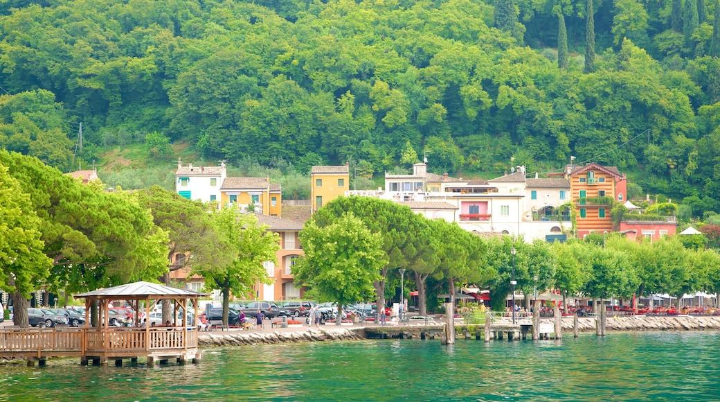 Garda welches beinhaltet See oder Wasserstelle und Kleinstadt oder Dorf