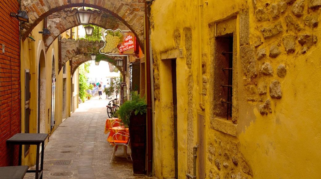 Garda das einen Kleinstadt oder Dorf und Straßenszenen