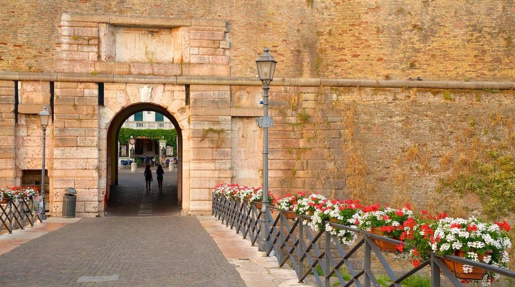 Peschiera del Garda mit einem Blumen