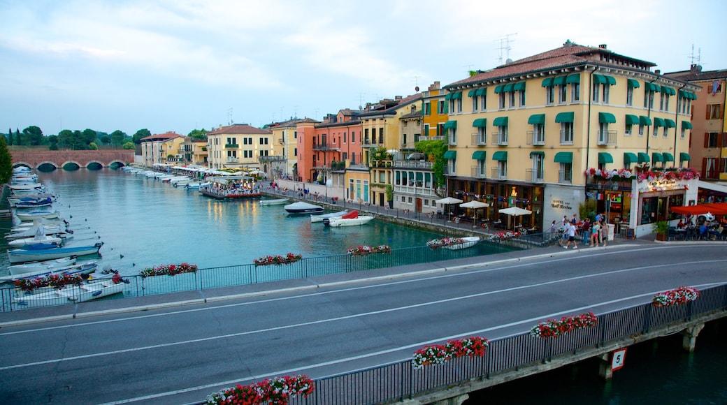 Peschiera del Garda welches beinhaltet Marina, Fluss oder Bach und Stadt
