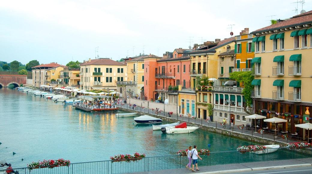 Peschiera del Garda mit einem Fluss oder Bach, Marina und Stadt