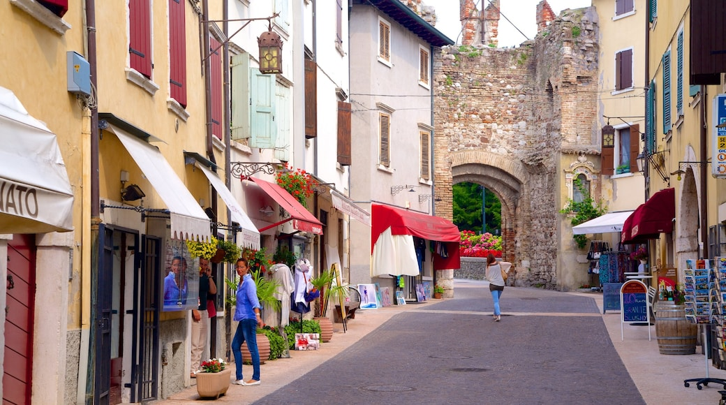 Lazise showing a small town or village and street scenes