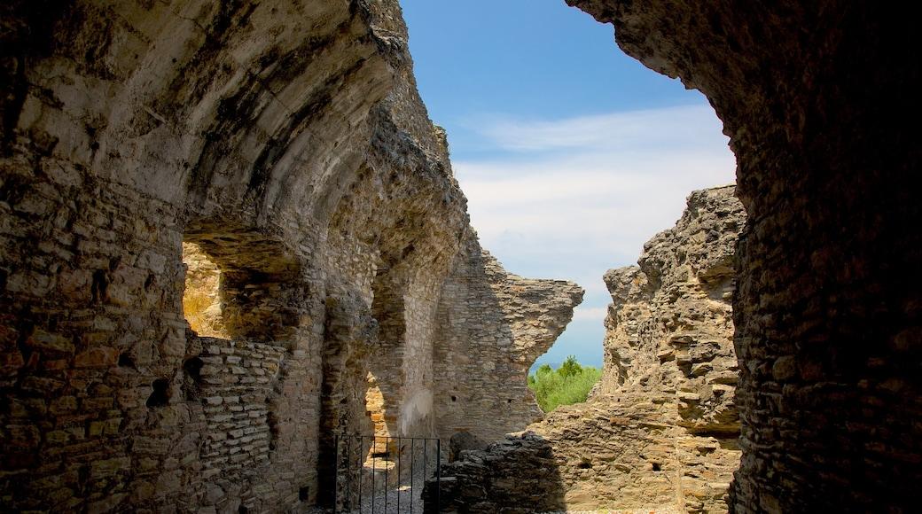 Catullo Grotte das einen Gebäuderuinen und Geschichtliches