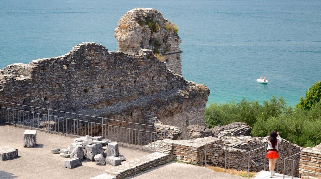 Catullo Grotte welches beinhaltet Geschichtliches, See oder Wasserstelle und Ruine