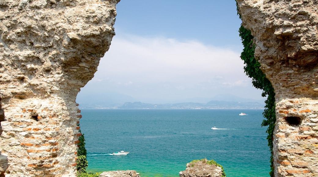 Catullo Grotte welches beinhaltet See oder Wasserstelle, Gebäuderuinen und Geschichtliches