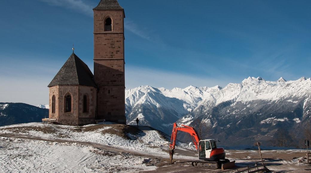 Meran welches beinhaltet ruhige Szenerie, Berge und Schnee