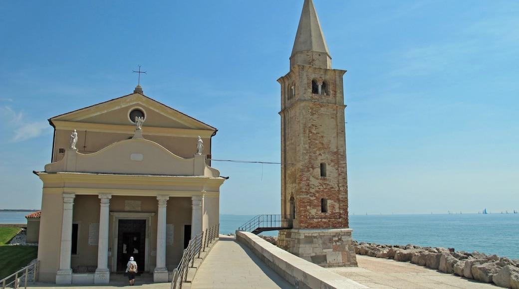 Caorle qui includes vues littorales et église ou cathédrale