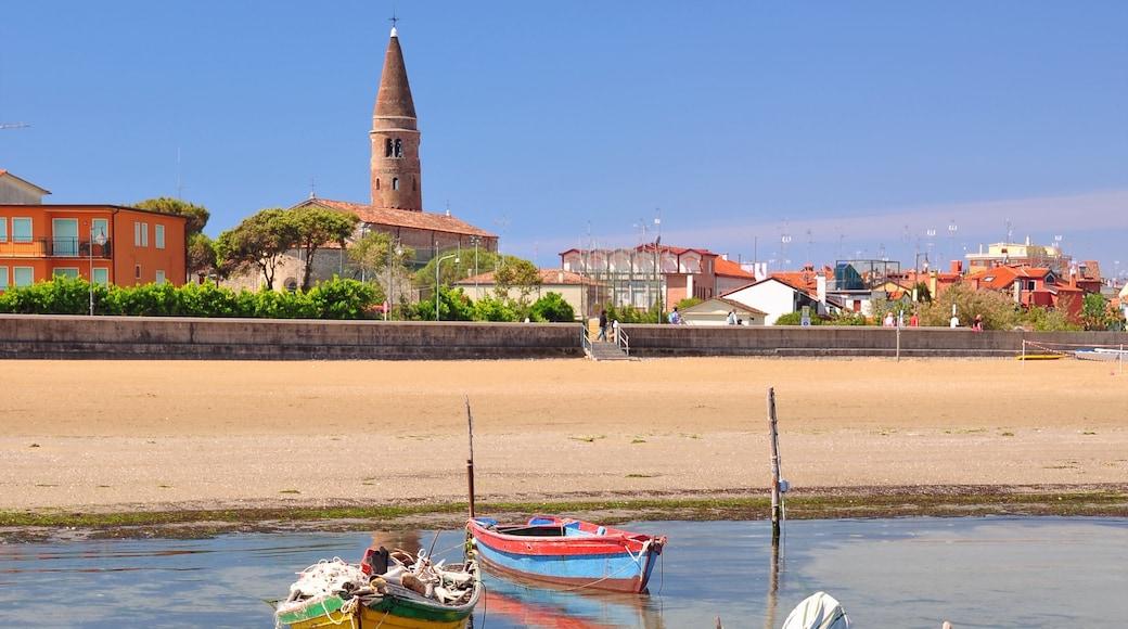 Caorle mettant en vedette ville, plage de sable et vues littorales
