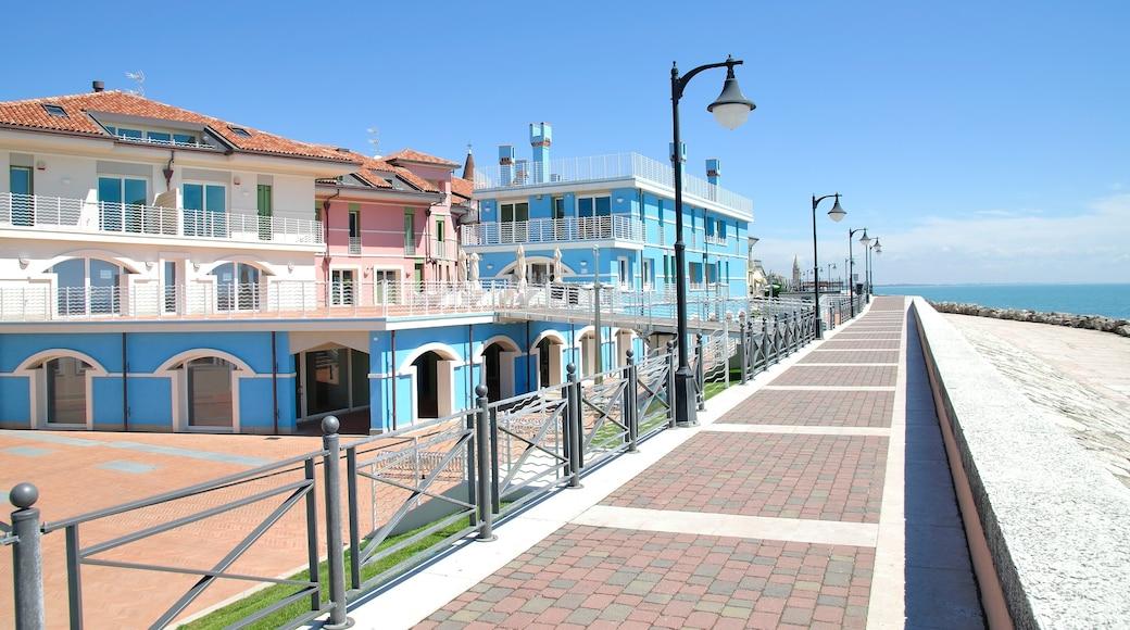 Caorle mettant en vedette vues littorales et ville côtière