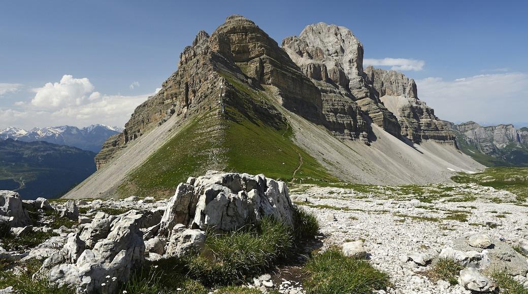 Madonna di Campiglio mettant en vedette scènes tranquilles et montagnes