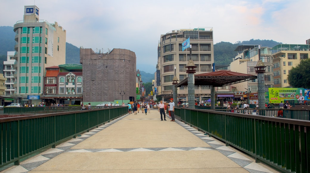 ทะเลสาบสุริยันจันทรา ซึ่งรวมถึง เมือง
