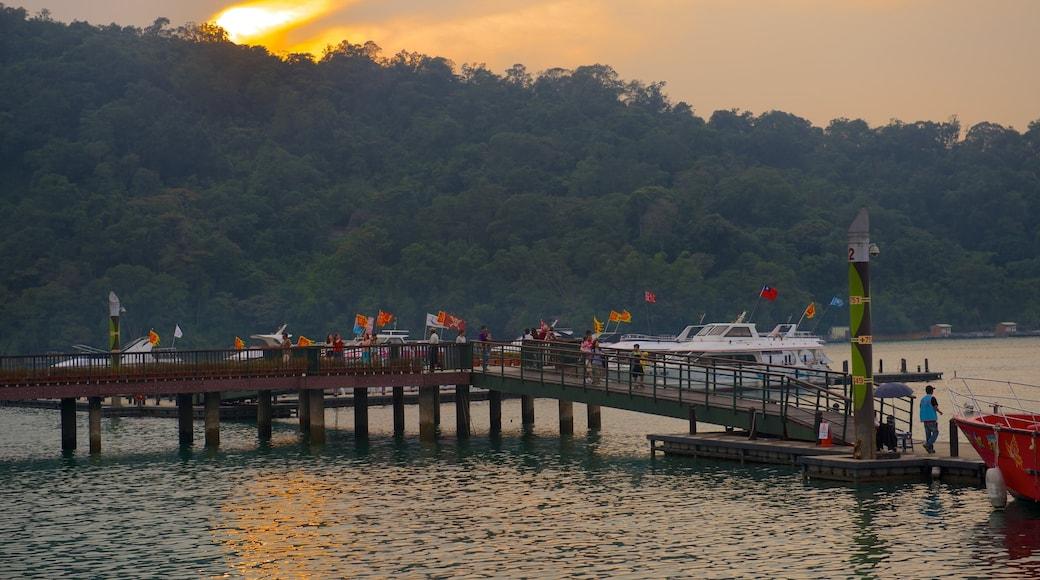 ทะเลสาบสุริยันจันทรา แสดง พระอาทิตย์ตก, อ่าวหรือท่าเรือ และ ทะเลสาบหรือแอ่งน้ำ