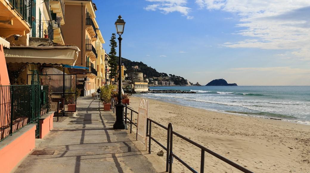 Alassio mettant en vedette plage de sable et ville