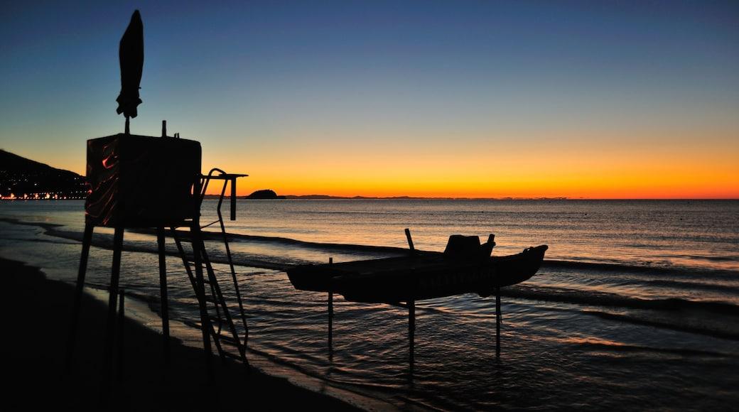 Alassio mettant en vedette vues littorales et coucher de soleil