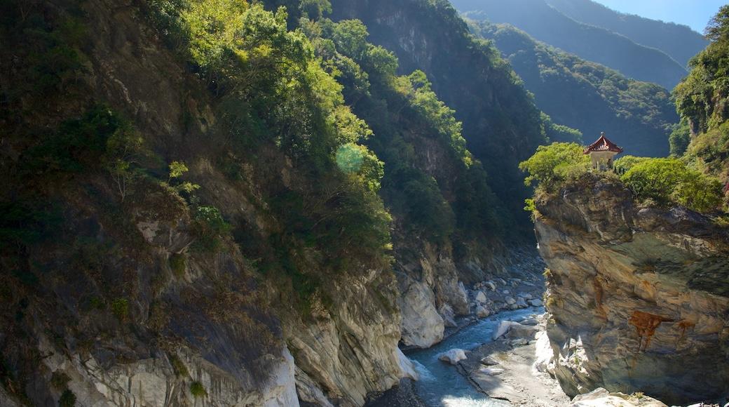 太魯閣國家公園 其中包括 峽谷, 河流或小溪 和 寧靜風景