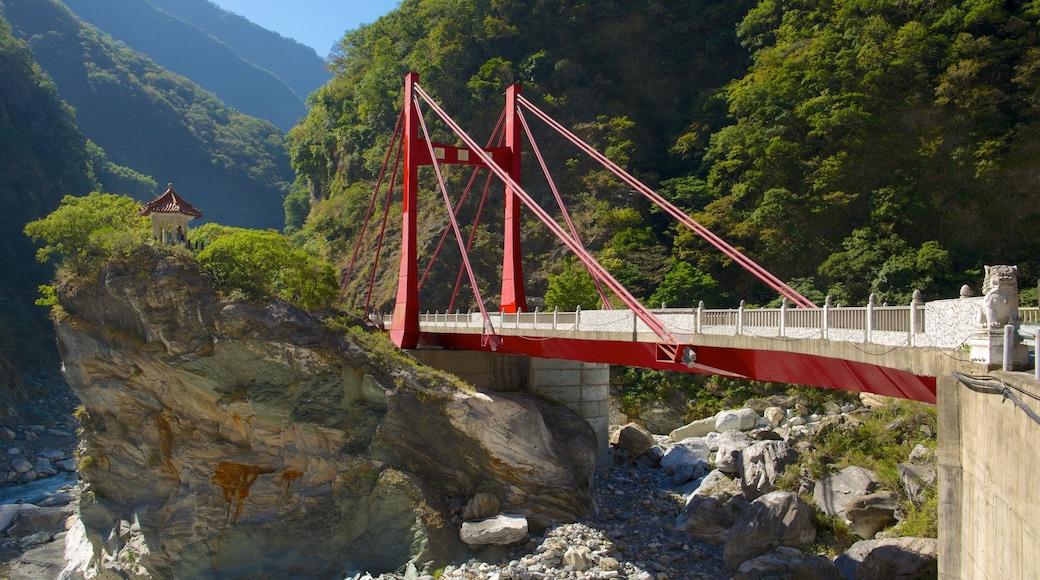 太魯閣國家公園 其中包括 橋樑 和 寧靜風景