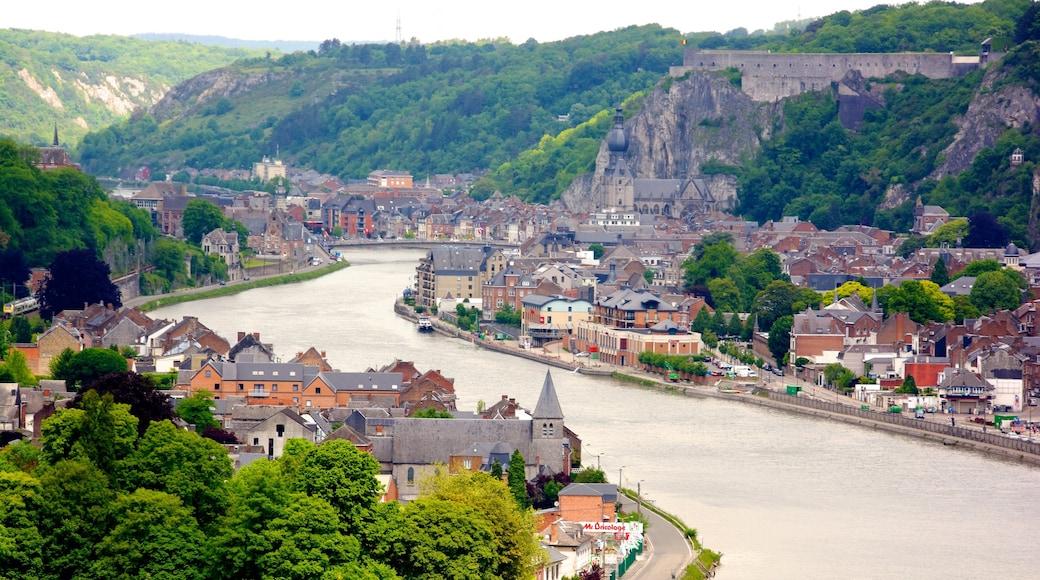 Belgische Ardennen inclusief een rivier of beek en een klein stadje of dorpje
