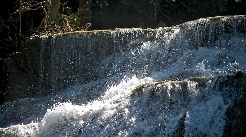 Erawan nationalpark som inkluderar ett vattenfall