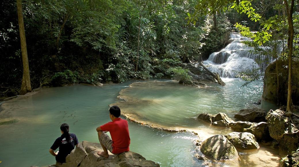 Erawan nationalpark som inkluderar en sjö eller ett vattenhål