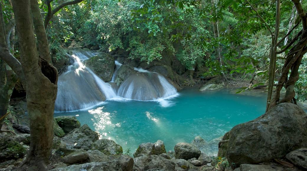 Erawan nationalpark presenterar en sjö eller ett vattenhål och en å eller flod