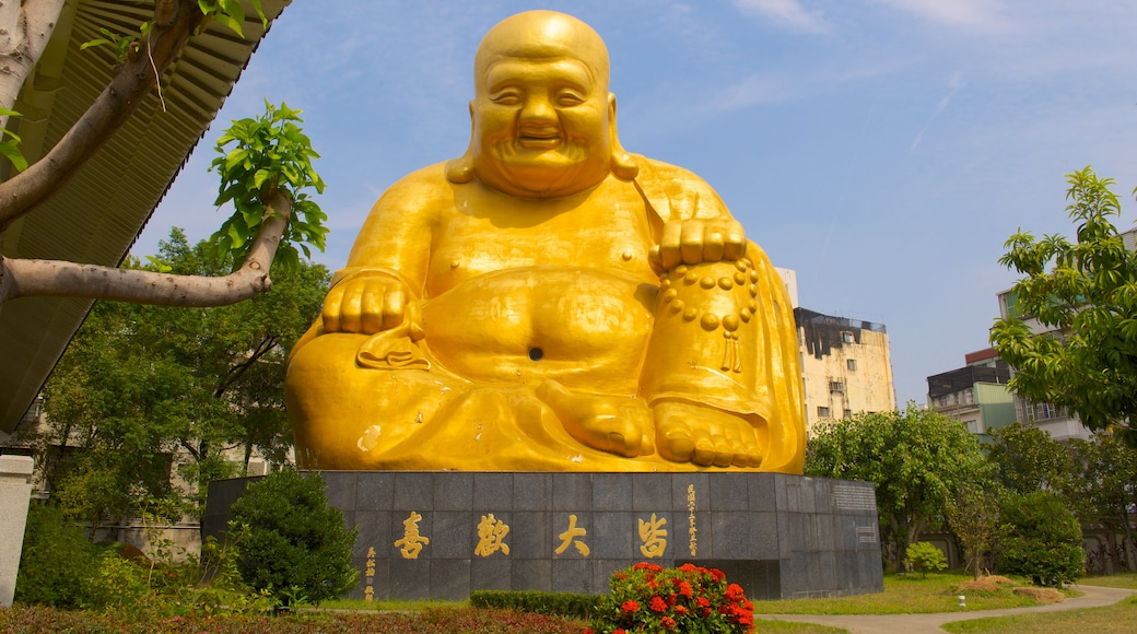 Paochueh Temple showing religious elements, a statue or sculpture and a garden