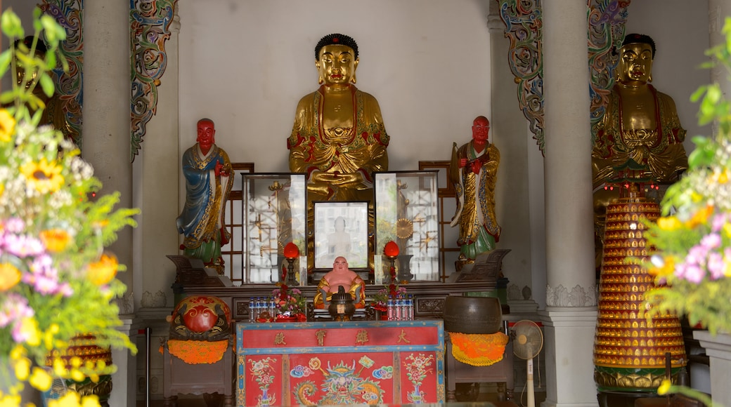 Paochueh Temple which includes religious aspects and interior views